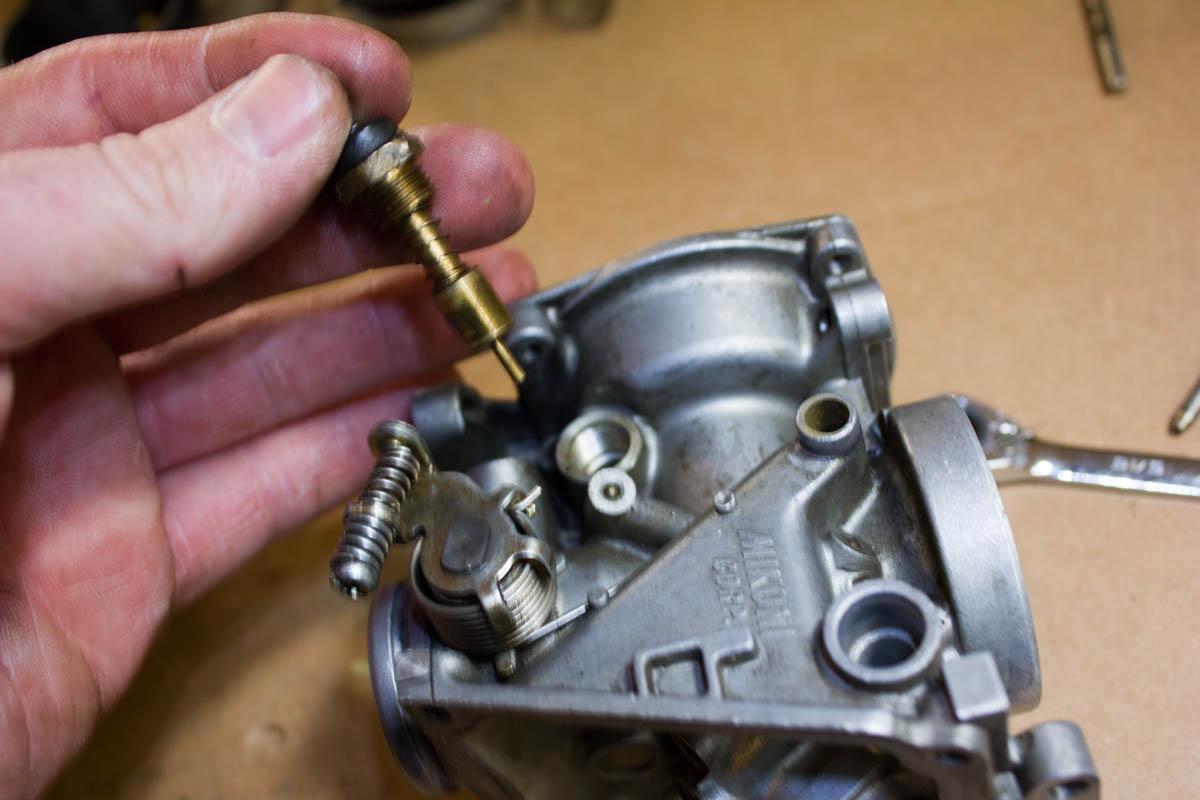 Если работа карбюраторного двигателя восстановилась, притяните клапан с небольшим усилием и попробуйте изменить количество смеси.у меня 05 двигатель, а корбюратор 07, плоха заводится зажигание хорошо вставлен.